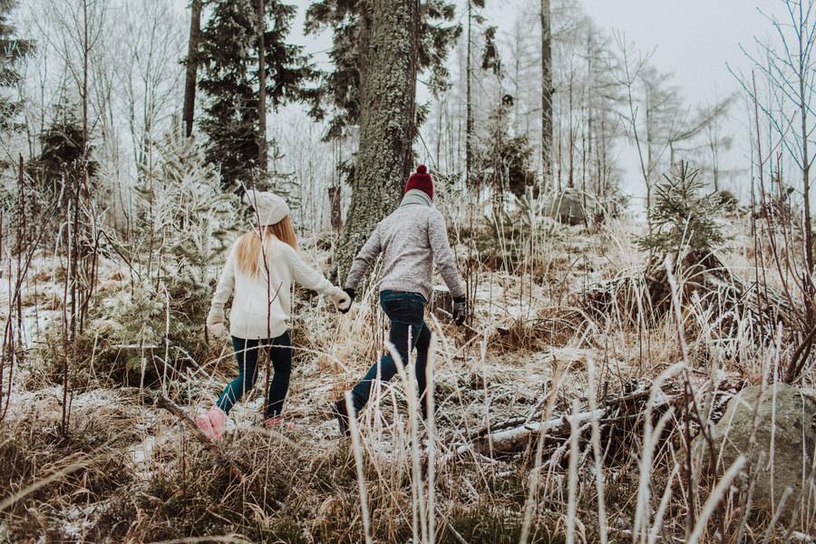 zimowa sesja narzeczeńska spacer po lesie