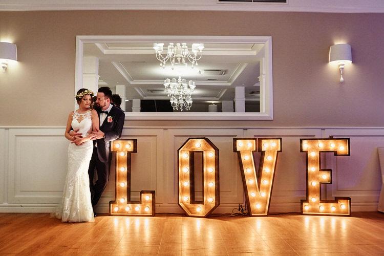 dekoracja światłem napis love