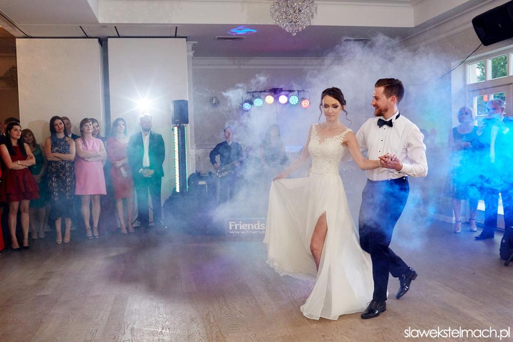 jodłowy dwór piękne wesele i pierwszy taniec rozpoczynający wspaniałą zabawę weselną
