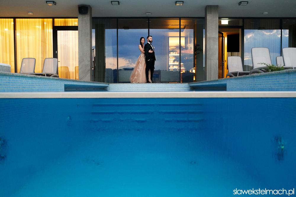 zdjęcia ślubne na basenie - Hotel Heron Live – sesja ślubna